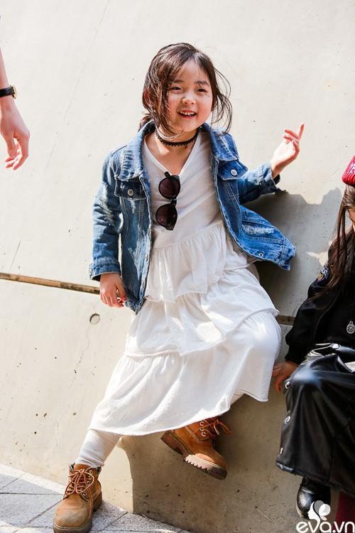 Kết hợp đầm maxi dài với giày cao cổ và áo khoác jean bên ngoài, điểm nhấn phụ kiện choker. Cô bé được diện bộ đồ bắt kịp mọi xu hướng của giới trẻ.