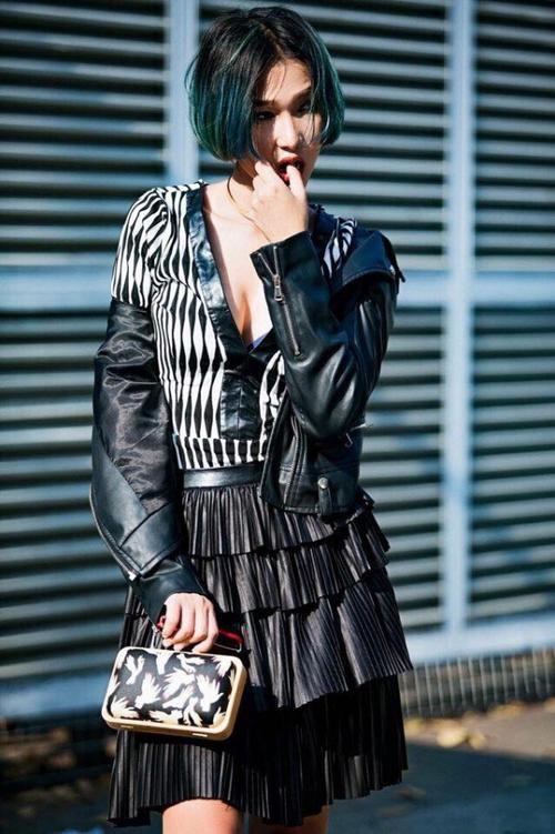 Fashionista Diệp Linh Châu cùng không bỏ ngoài trào lưu son màu nóng. Vẫn với phong cách tomboy phủi bụi, nhưng lần này nàng stylist trông nền nã hơn với tông son cam nude.