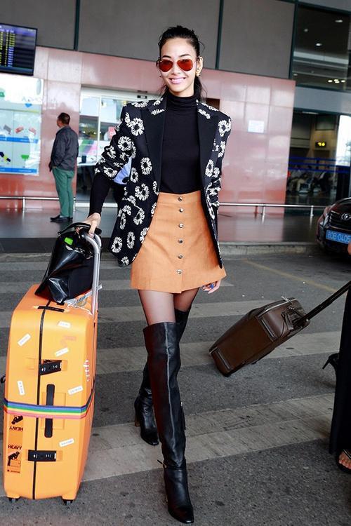 Quán quân Next Top mùa thứ hai - Hoàng Thùy khoe phong cách thời trang sành điệu ở sân bay. Cô cũng vừa trở về sau thời gian dài hoạt đômgj ở Mỹ.