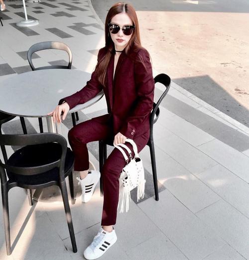 Menswear rực rỡ cùng giày sneaker và kính mát, Thu Thủy không khác gì một fashionista thực thụ.