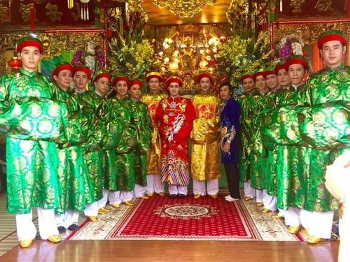 Danh hài Hoài Linh cho biết, ở thời điểm hiện tại anh đang có mặt tại đền Sòng Sơn - TP.HCM để lo tiệc khánh đản Mẫu Sòng Sơn.