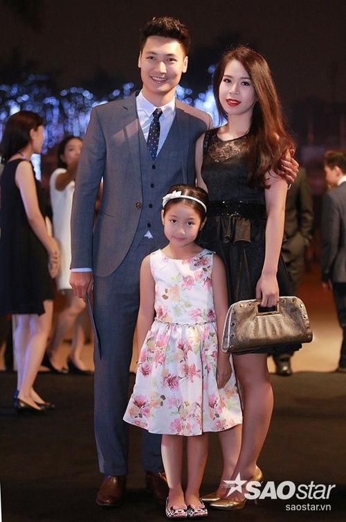Diễn viên Mạnh Trường cùng vợ và con gái.