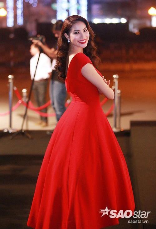 Trong bộ đầm màu đỏ rực rỡ của nhà thiết kế Lê Thanh Hòa, Hoa hậu Hoàn vũ Việt Nam 2015 tự tin khoe sắc, tạo dáng xinh đẹp trước ống kính máy ảnh.