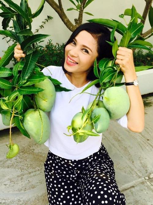 Việt Trinh hạnh phúc khoe những trái cây trong vườn nhà do mình trồng được.