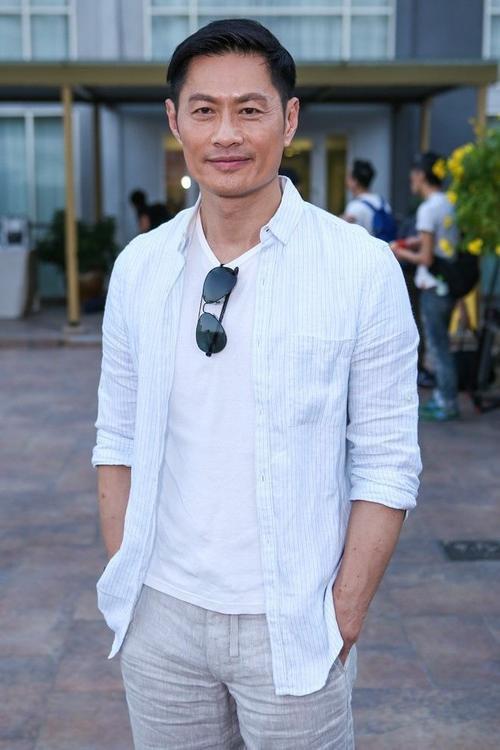 Huỳnh Đức Bân luôn nở nụ cười thân thiện. Nam diễn viên phải mất nhiều năm tìm chỗ đứng ở đài TVB. Trước khi được khán giả yêu mến anh từng trải qua thời gian làm thợ hồ và phụ xe...