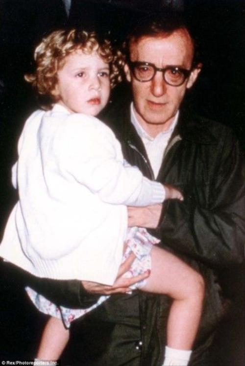 Đạo diễn Woody Allen ép buộc con gái nuôi chơi trò tình dục từ khi cô bé 7 tuổi.