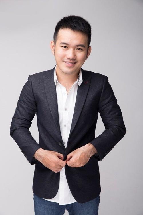 """Năm 2014, Lê Thanh Hòa vinh dự trở thành một trong những nhà thiết kế Việt Nam tham gia Vietnam International Fashion Week với BST """"Hoa"""". Với bộ sưu tập mang đậm phong cách cá nhân, NTK Lê Thanh Hòa đã mang lại cho khán giả một cái nhìn khác về hoa - dữ đôi và mạnh mẽ."""