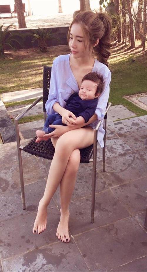 Vốn là bà mẹ sành điệu nên Elly Trần rất chăm chút phong cách thời trang cho hai thiên thần nhỏ của mình.
