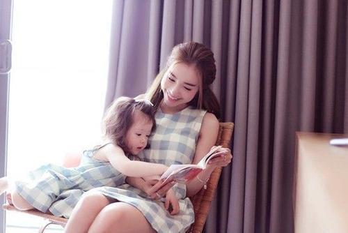 Elly Trần dạy con gái tự lập, phát triển một cách tự nhiên. Cô cân cần hướng dẫn con rửa tay cho đến đọc sách.
