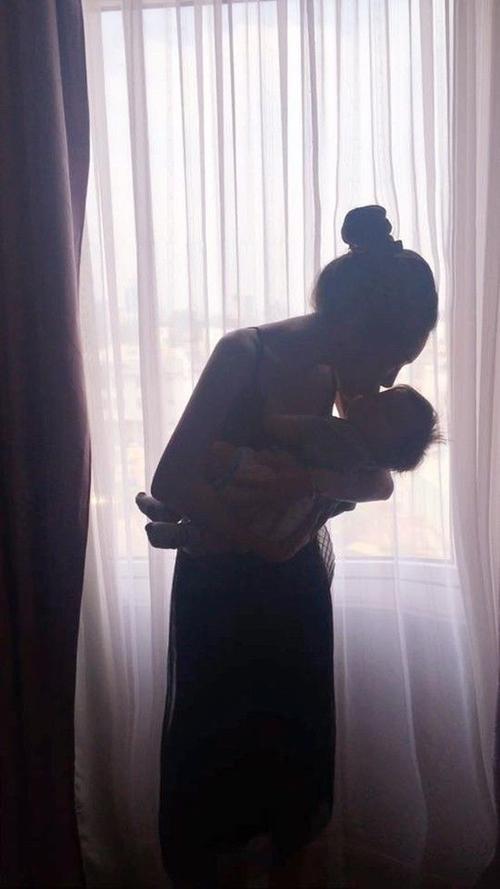 Bất cứ khi nào rảnh rỗi, Elly Trần thường dành thời gian cho các con. Cô muốn lưu giữ tất cả những khoảnh khắc bên con để sau này khi Cadie hay Alfie lớn sẽ có những kỷ niệm đẹp để nhớ về.