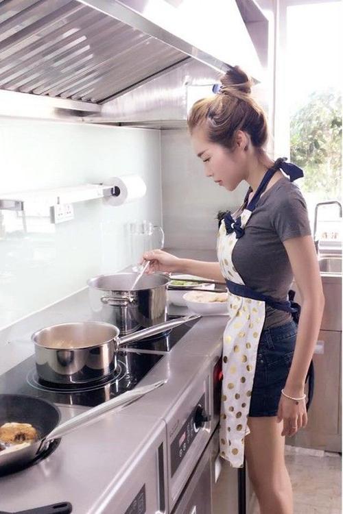 Không chỉ khéo léo trong việc chăm con, Elly Trần còn rất đảm đang nội trợ.