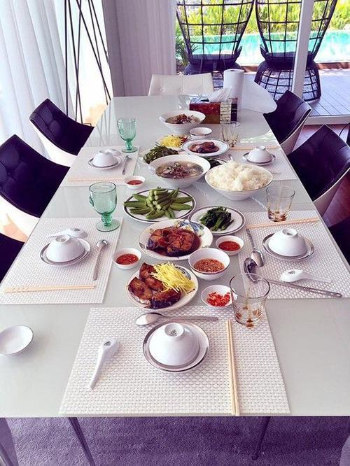 Người đẹp từng khoe bữa ăn do chính tay mình chuẩn bị cho gia đình.