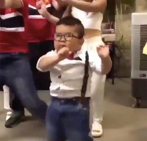 """Ku Tin nhảy """"Vũ điệu cồng chiêng"""" của ca sĩ Tóc Tiên vô cùng dễ thương."""
