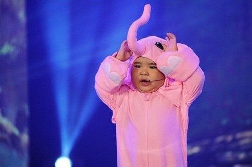 Ku Tin tên đầy tủ là Huỳnh Minh Hoàng, sinh năm 2011. Cậu bé trở thành hiện tượng mạng nhờ các clip ca hát, nhảy và nói chuyện như người lớn.