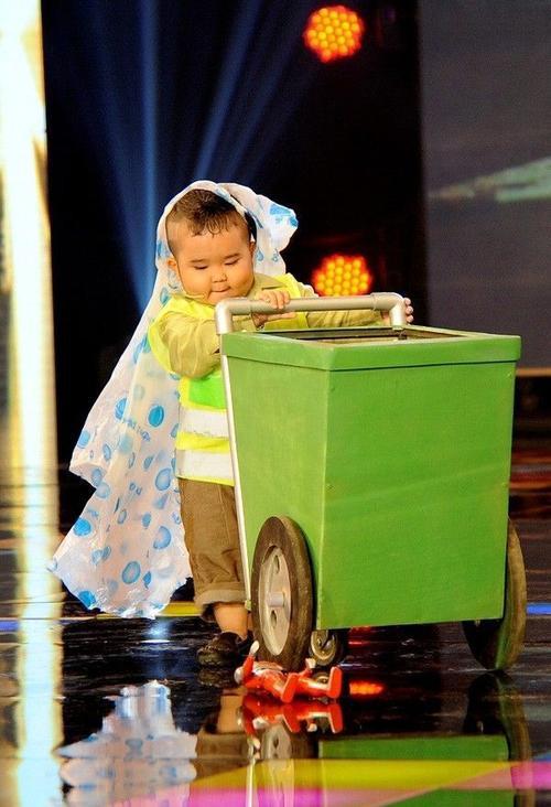 Ku Tin còn khiến khán giả bấn loạn trước sự đáng yêu khi tham gia chương trình trở thành thí sinh trong chương trình Thách thức danh hài (kênh HTV7, Đài Truyền hình TP HCM) và Người hùng tí hon, phát sóng trên kênh THVL1 (Đài Truyền hình Vĩnh Long).