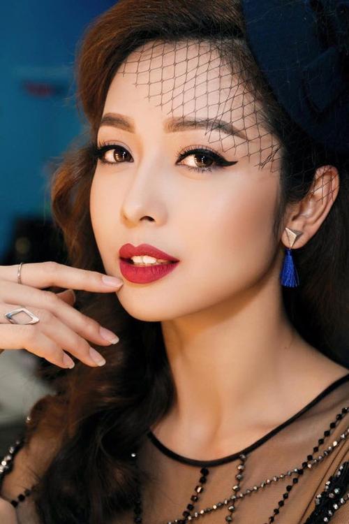 Hoa hậu Jennifer Phạm ngày càng lộng lẫy với đôi mắt cat eye đầy yêu kiều.