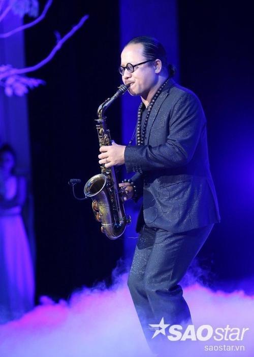Nghệ sĩ Saxophone Trần Mạnh Tuấn mê hoặc khán giả trong nhạc phẩm Em đi bỏ lại con đường. Trần Manh Tuấn là người chủ trương đưa Jazz vào nhạc Trịnh nhưng ông cho biết, hông bao giờ thổi nguyên vẹn, mà luôn phá phách những khúc giữa bài.