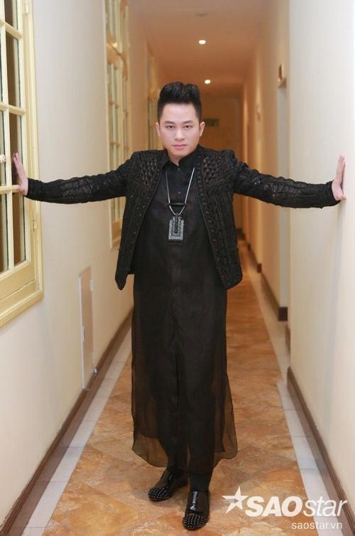 """Sự kiện còn có sự góp mặt của Tùng Dương. Giọng ca """"Chiếc khăn Piêu"""" diện áo dài cách điệu màu đen để tưởng nhớ 15 ngày Trịnh Công Sơn về với """"cõi tạm""""."""