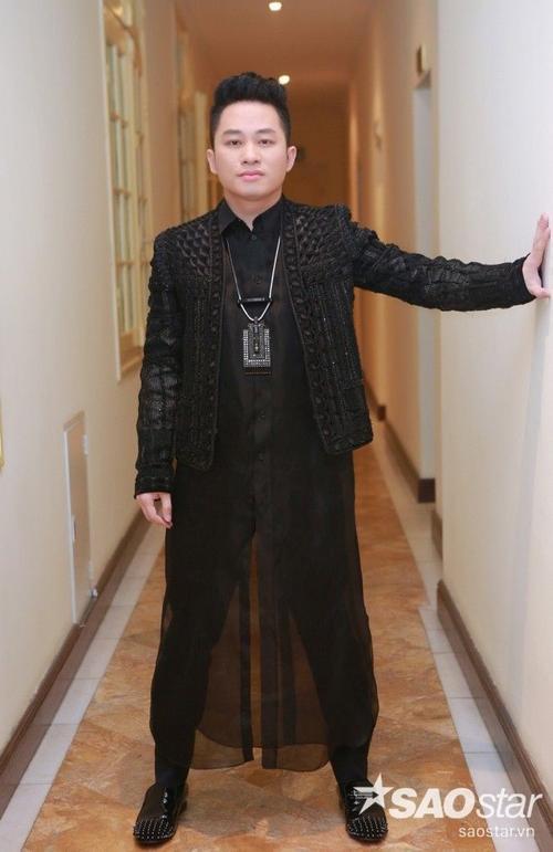 """Anh tâm sự: """"Chúng tôi đều mặc đồ đen để tượng niệm đến nhạc sĩ Trịnh Công Sơn. Ông là một nhạc sĩ tài hoa và nồng hậu, mỗi người nghệ sĩ khi hát nhạc ông đều cảm thấy sự đồng cảm ở tinh thần và trạng thái khác nhau. Chẳng hạn như chị Khánh Ly, một giọng ca huyền thoại với tất cả sự liêu trai, u sầu, chị Hồng Nhung với sự tươi mới, lạc quan, còn tôi và Thanh Lam cảm nhận nhạc ông với sự mê mị. Tất cả những điều đó khiến cho nhạc Trịnh mãi trường tồn và luôn được đông đảo khán giả yêu mến""""."""