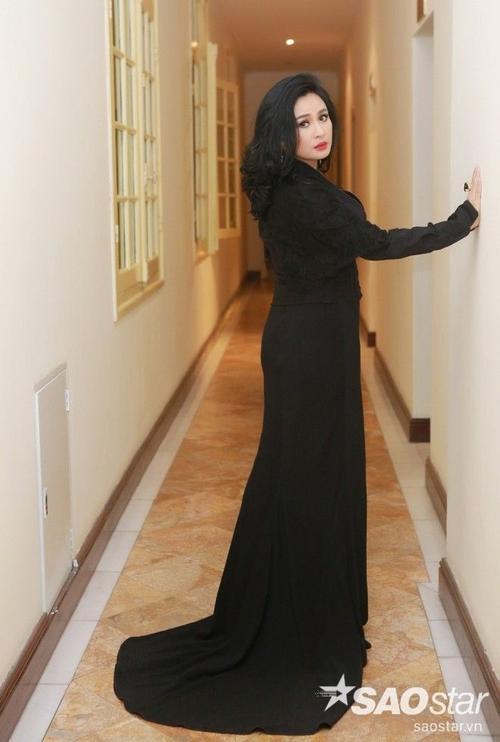 """Trong đêm nhạc, Thanh Lam xuất hiện với bộ đầm đen quyến rũ. """"Người đàn bà hát"""" ngày càng trẻ trung và đằm thắm."""