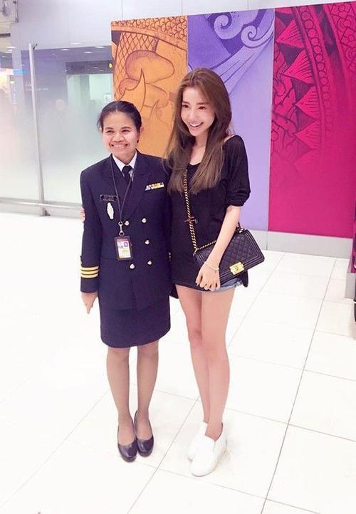 Elly Trần từng bày tỏ niềm vui khi được hải quan Thái Lan nhận ra và xin chụp ảnh cùng dù không hoạt động showbiz trong hơn 2 năm tập trung sinh em bé.