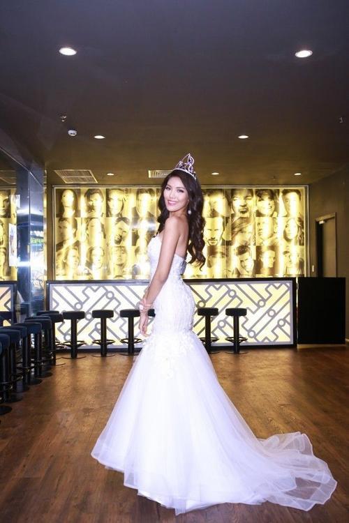 Lan Khuê lộng lẫy trong bộ đầm trắng đón tiếp Chủ tịch và Đương kim Hoa hậu Miss Grand.