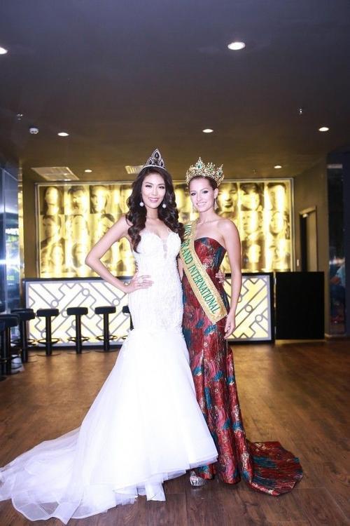 Hoa hậu Claire Elizabeth Parker, vốn là Á hậu 1 của cuộc thi đã nhận lại vương miện sau khi Hoa hậu bị tước quyền.