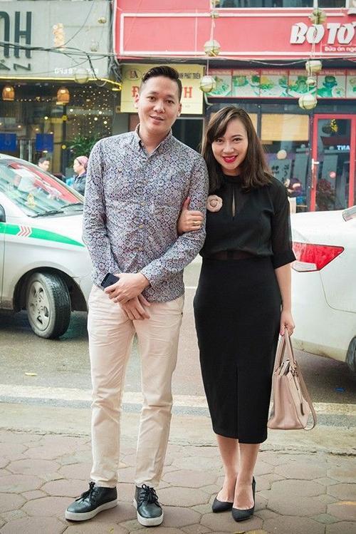 Vợ chồng Khánh Linh cũng tới chúc mừng Thu Phượng lên chức bà chủ.