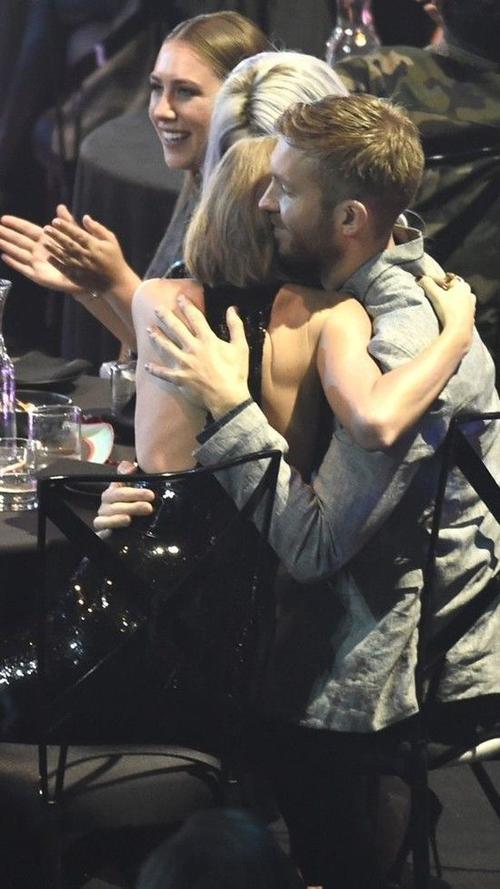 Khi cô được xướng tên tại hạng mục Nghệ sĩ nữ xuất sắc nhất, cả hai trao nhau cái ôm rất tình tứ