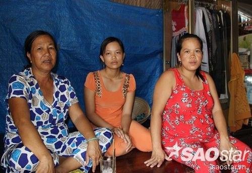 Vợ Lẹ (giữa) với vợ Giang (áo đỏ) ở nhà ngóng tin chồng.