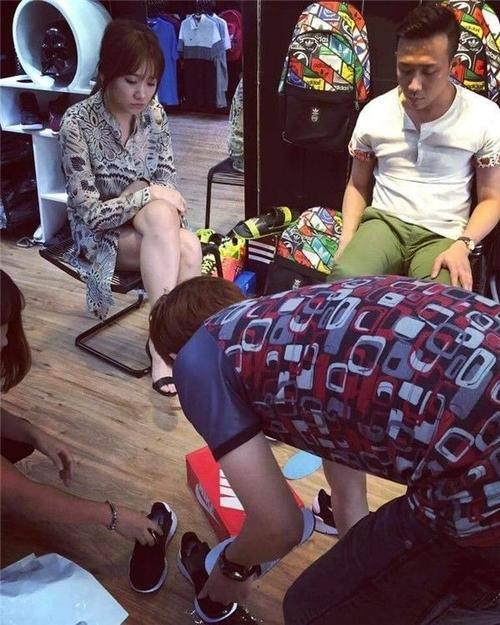 Mới đây, Hari Won còn bị bắt gặp đi mua giày cùng với Trấn Thành.