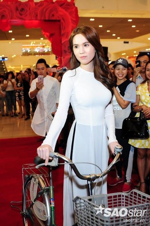 Không mặc những bộ cánh lộng lẫy sexy như mỗi lần xuất hiện, Ngọc Trinh gây ấn tượng với bộ áo dài thướt tha dịu dàng.