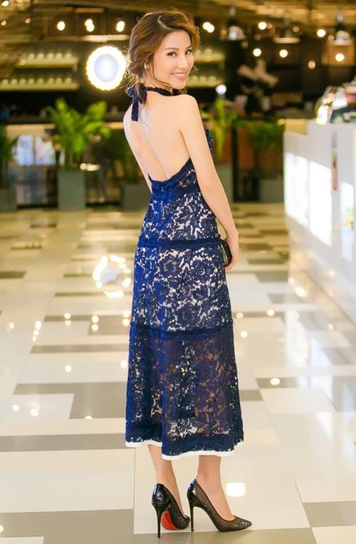 Vừa đủ gợi cảm, vừ đủ thanh lịch khi diện dáng váy yếm màu sắc nổi bật.