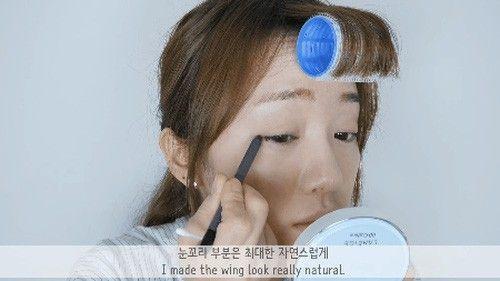 """Với cây eyeliner đen, ta kẻ eyeliner """"giấu"""" thật mảnh cho viền mắt trên, tạo đuôi mắt cong nhẹ và sử dụng cây tăm bông để đường kẻ được mềm mại, tự nhiên hơn."""