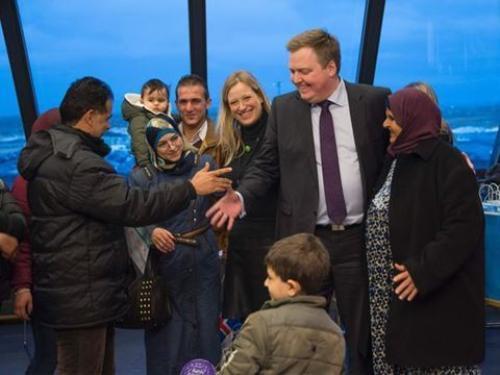 Thủ tướng Iceland Sigmundur Gunnlaugsson  (giữa) chào đón người tị nạn Syria. Ảnh: AFP