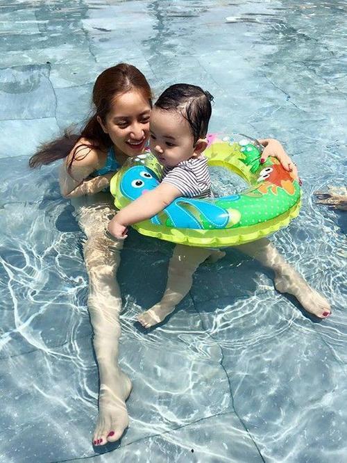 Mặc dù bận rộn với công việc, nhưng Khánh Thi và Phan Hiển luôn ưu tiên dành thời gian để chăm sóc con trai nhỏ.