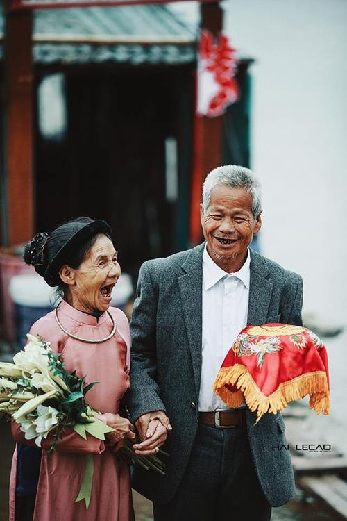 Nụ cười hạnh phúc trong ngày cưới của đôi vợ chồng già khiến bao trái tim tan chảy.