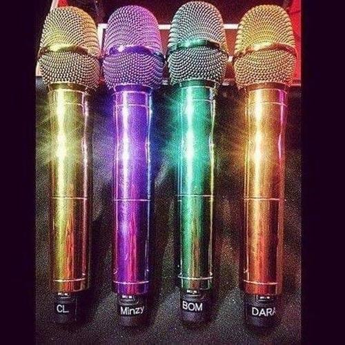 Mic riêng của từng thành viên. Liệu tương lai chúng ta có được thấy chiếc mic màu tím trên tay Minzy?