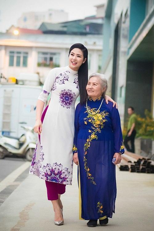 """Khi tới ghi hình, Ngọc Hân và bà ngoại đều lựa chọn trang phục áo dài, nằm trong BST """"Chim công"""" do Hoa hậu thiết kế, vừa ra mắt cách đây ít ngày."""
