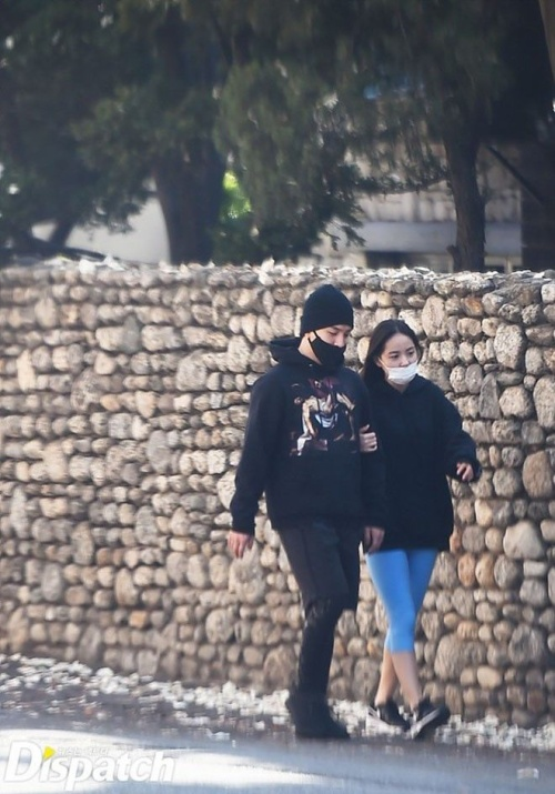 Dù ăn mặc giản dị nhưng cặp đôi vẫn bị nhiều người nhận ra