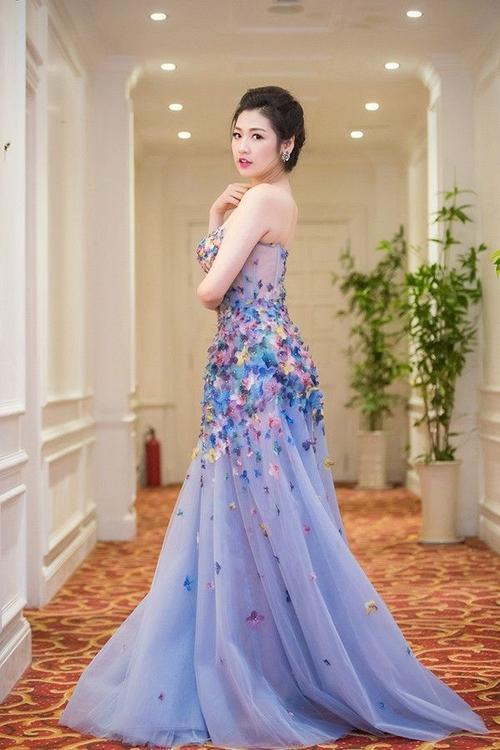 Á hậu diện chiếc đầm quây của nhà thiết kế Huy Trần có họa tiết hoa lá đủ sắc, tôn lên làn da trắng mịn màng và khoe được bờ vai thon.