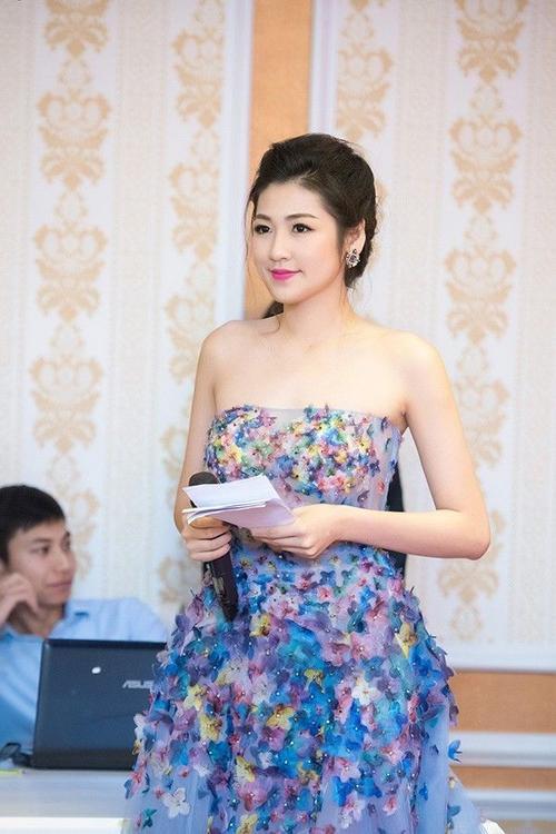 Hiện tại, Tú Anh đang học hỏi các bậc tiền bối và cô cũng hy vọng nhận được sự ủng hộ, đón chào của công chúng cũng như giới truyền thông trong cương vị mới.
