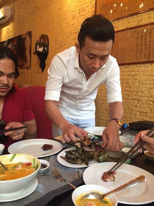Trấn Thành không quên lấy đồ ăn cho bạn gái Hari Won.