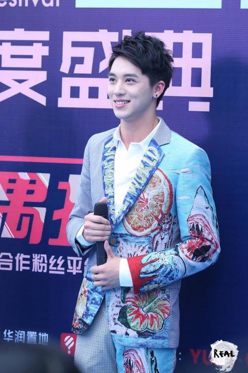 Hứa Ngụy Châu tỏa sáng trên thảm xanh. Anh là một nghệ sĩ trẻ khá đa tài.