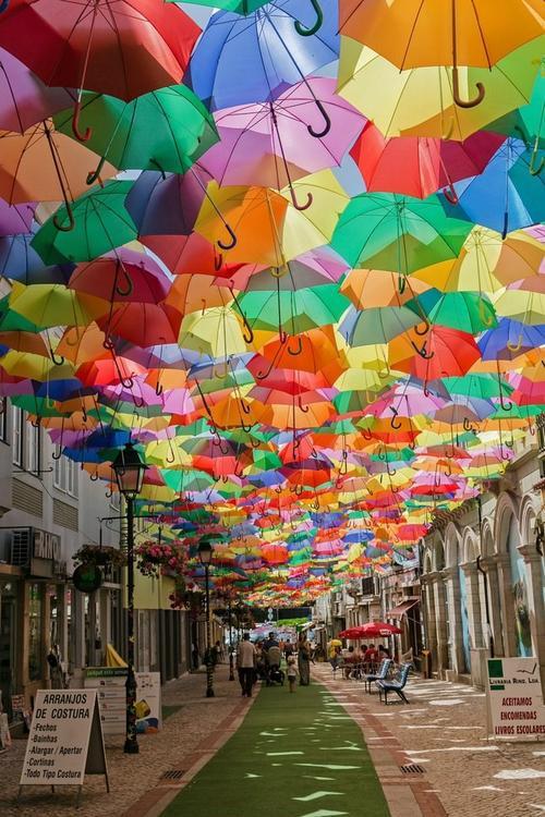 Agueda (Bồ Đào Nha): Vào tháng 7 hàng năm, các con phố ở Agueda lại ngập tràn dưới bóng mát của những chiếc ô đầy màu sắc được treo trên cao. Ảnh: Getty.