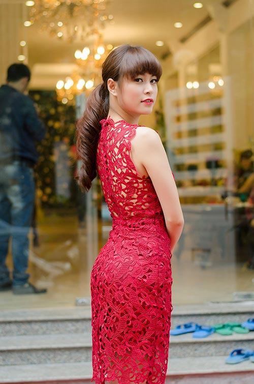 Hay đôi lúc, Hoàng Thùy Linh lại trở về hình ảnh nhẹ nhàng, thanh lịch cùng mẫu đầm ren tông đỏ quyến rũ.