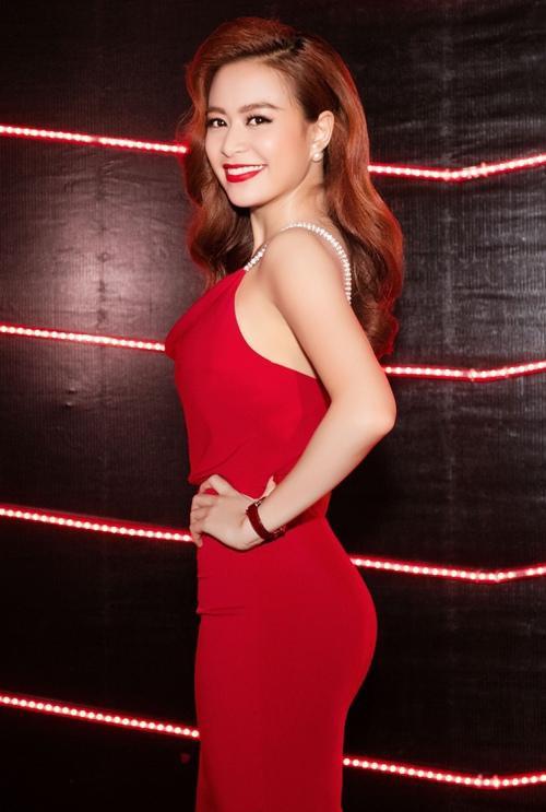 Hoàng Thùy Linh luôn nóng bỏng và gợi cảm khi diện những bộ cánh sắc đỏ nổi bật.