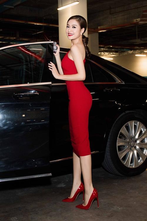 Những đôi giày cao gót mũi nhọn gam màu đỏ chắc chắn sẽ vô cùng phù hợp khi bạn diện trang phục ôm sát cơ thể như giọng ca Bánh trôi nước.