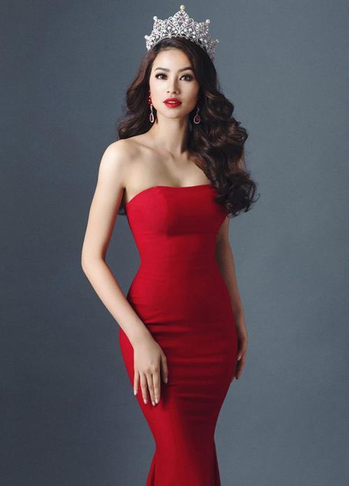 Những mẫu đầm đuôi cá cup ngực gam màu đỏ cũng khoe thân hình quyến rũ của nàng Hoa hậu.