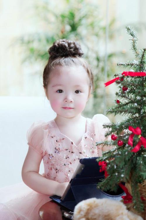 Vốn quen thuộc với việc chụp hình quảng cáo nên Cadie rất tự tin tạo dáng. Cô bé xinh đẹp như một thiên thần.